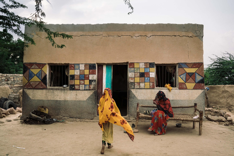 بالنسبة للعائلات التي تقطن القرى النائية من محافظة حجة، فإن الوصول إلى المرافق الصحية يكاد يكون مستحيلاً. فمنذ بداية الحرب، انفجر سعر الوقود وزادت نسبة الفقر.