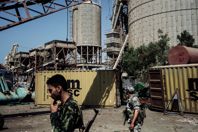 مسيرة جنود الحوثيين بالقرب من مناطق التخزين التي تضررت من الضربات السعودية.
