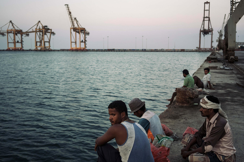 كان الميناء في قلب مفاوضات السلام التي انتهت يوم التقاط هذه الصورة. فقد قررت الأمم المتحدة إنشاء إدارة انتقالية للميناء وتجريد منشآته من السلاح، غير أنّ هذه التدابير لم تدخل حيز التنفيذ بعد.